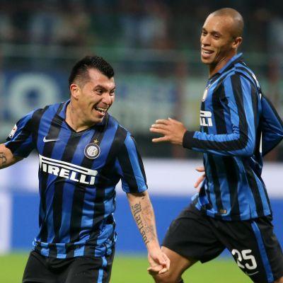 Gary Medel och Joao Miranda firar segermålet mot AS Roma.