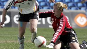 Tinja-Riikka Korpela försöker rädda bollen