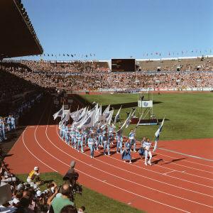 Urheilu. Yleisurheilun MM-kisat 7.8.-14.8.1983 Helsingissä. Avajaiset, avajaisseremonia olympiastadionilla ja juoksija Lasse Viren kantamassa Suomen lipun stadionille.
