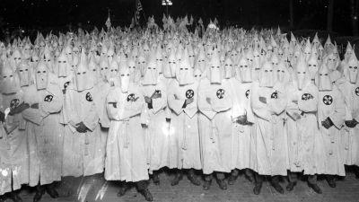 Ku Klux Klanin jäseniä valkoisissa kaavuissaan.