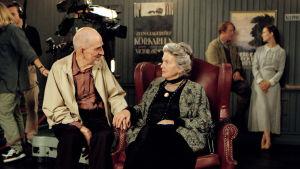 Bakom kulisserna på inspelningrana av filmen Bildmakarna. Bergman samtalar med en av skådespelarna.