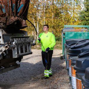Jäteauton kuljettaja Tomi Karjalainen.
