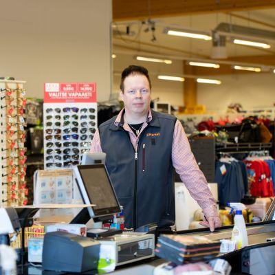 Arto Aurala kaupassaan, joka hiljeni tyystin Norjan ja Suomen välisen rajan mentyä kiinni.
