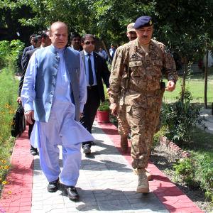 Pakistans premiärminister Nawaz Sharif (tv) ansätts av misstankar om penningtvätt vilket i värsta fall kan leda till att han avsätts