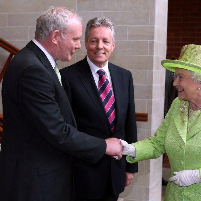 Martin McGuiness och drottningen Elisabeth skakar hand