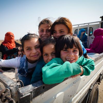 Pohjois-Syyriaan on teillä on lukuisia autoja, joiden lavoilla on perheitä etsimässä turvaa Turkin hyökkäykseltä.