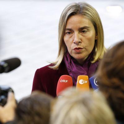 EU:s utrikes Federica Mogherini pratar till pressen i Luxemburg 2016.