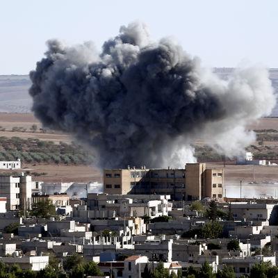 Explosion i Kobane den 20 oktober 2014 efter vad som tros vara den USA-ledda koalitionens attack mot  den så kallade Islamiska staten.