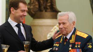 """AK-47-designern Michail Kalasjnikov behängdes med Rysslands högsta utmärkelse """"Rysslands hjälte"""" på sin 90-årsdag den 10 november 2009 i Kreml."""