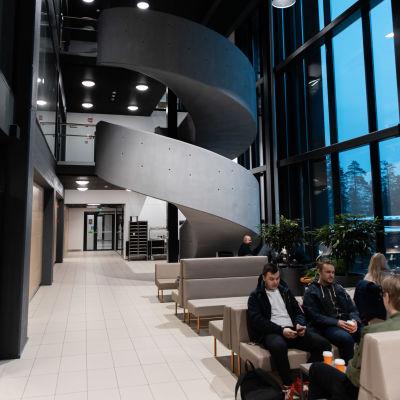 Lappeenrannan-Lahden teknillinen yliopisto LUT:n oleskelutiloissa opiskelijoita.