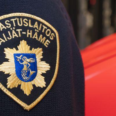 Lahden Paavolan pelastusaseman palomiehen paidan logo.