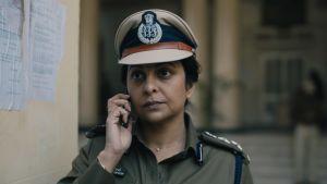 Närbild på polischefen Vartika Chaturvedi (Shefali Shah) när hon talar i sin mobil.