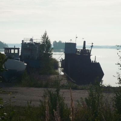 Skrotade gamla trålare i Isnäs hamn i Lovisa.