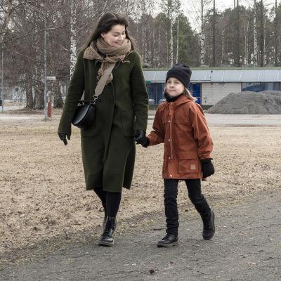 Riikka Inget ja hänen lapsi kävelylenkillä