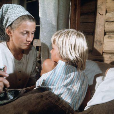 Rose-Marie Rosenback som Stormskärs Maja, Jan Sjuls och Veronica Jansson som barnen.