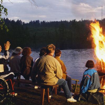 Metsolan väki viettää juhannusta Kalajärven rannalla. (1995)
