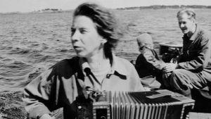 Tove Jansson sitter i båt.