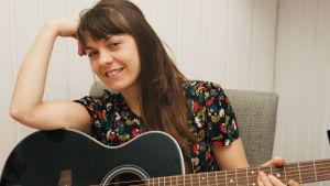 Susanne Marins med en gitarr.