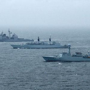 HDMS Hvidbjoernen, brittiska HMS Chatam (F 87), and amerikanska USS Cape St. George vid Baltops 2002