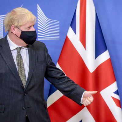 Storbritanniens premiärminister Boris Johnson och EU-kommissionens ordförande Ursula von der Leyen tittar mot varandra. Johnson står framför Storbritanniens flagga, von der Leyen framför EU:s flagga. Johnson visar tummen upp. Bilden tagen 9.12.2020.