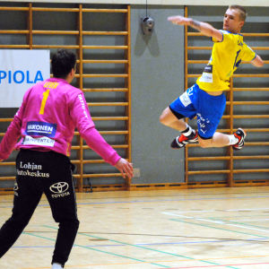 HIK:s Roy Lindqvist skjuter ett hoppskott. SIF:s målvakt Rony Leven täcker.