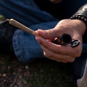 Kannabissätkää pitelevä käsi.