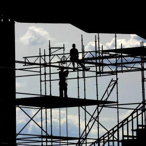 Två arbetare vid ett bygge