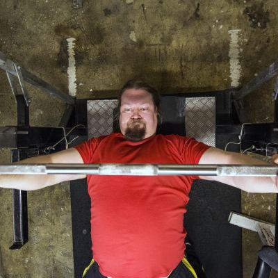 Jari Martikainen nostaa painoja penkkipunnerruksessa.