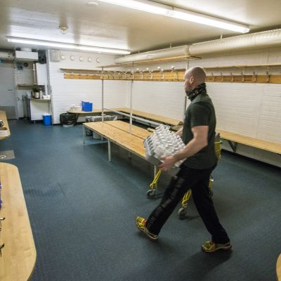 KalPan huoltaja Mika Hirvinen tuo vissypulloja pukukoppiin.
