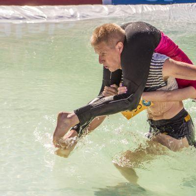 Eukonkannon MM-kultamitalistit vuosimallia 2017 Taisto Miettinen ja Kristiina Haapanen vesiesteellä.