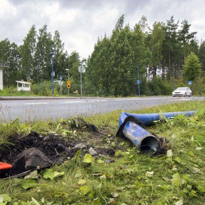 Valopylväs kolarin jälkeen vääntyneenä maassa Saaristokadulla.