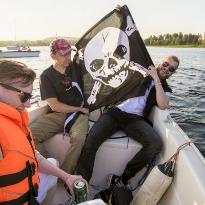 Aleksi Ikäheimo, Saku Kärkkäinen ja Alan Tribe sanovat, että vesillä pätee herrasmiessäännöt ja veneet eivät tule liian lähelle toisiaan.