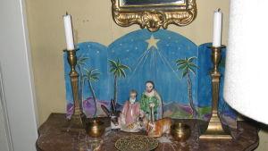 Järnefeltien taiteilijakodin jouluun kuuluu vanha, Italiasta tuotu jouluseimi, joka saa paikkansa Suvirannan salissa joka joulu.