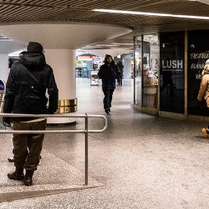 Invandrare i stationstunneln i Helsingfors