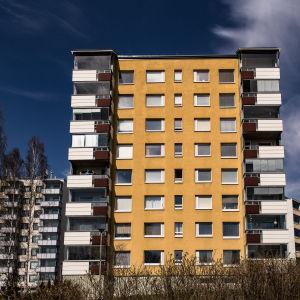 Flervåningshus i förort