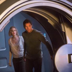Jim och Aurora går på upptäcktsfärd ombord på rymdskeppet Avalon.