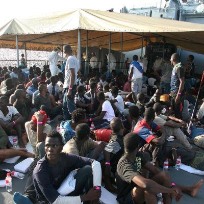 Flyktingar ombord på ett tyskt örlogsfartyg 30 sjömil utanför Tripoli.
