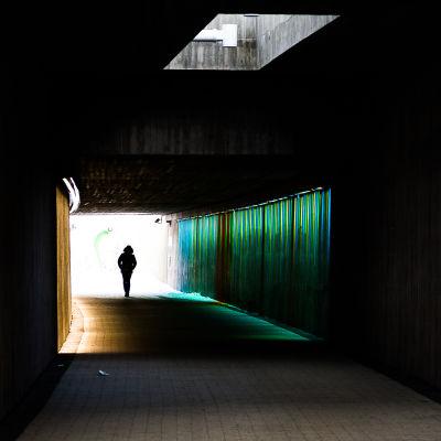Silhuett av man i tunnel