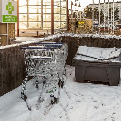 Övergivna kundvagnar vid köpcenter
