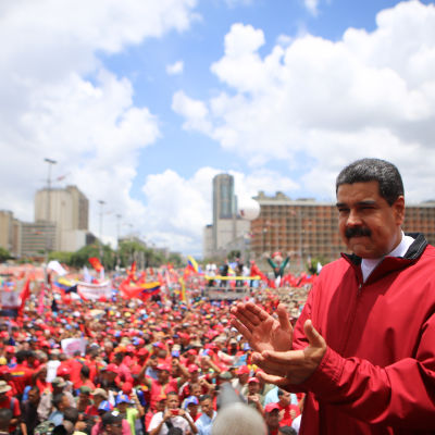 Omkring 30 000 anhängare till president Nicolas Maduro samlades till en motdemonstration.