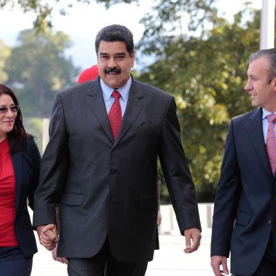 President Nicolas Maduro har utsett guvernören Tareck El Aissami (th) till ny vicepresident. Maduros fru Cilia Flores (tv) är ledamot i parlamentet där hon tidigare var landets första kvinnliga talman.
