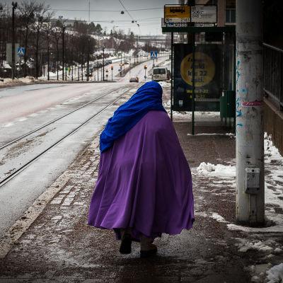 Invandrarkvinna på gata