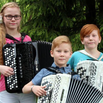 Linda, Daniel ja Eemil Ullgrèn ovat pohjoiskarjalaisia harmonikkataitureita.