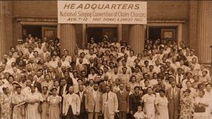 Gospel-kuoroja ja evankelistoja isossa ryhmäkuvassa. Arkistokuva dokumenttielokuvasta Say Amen, Somebody!