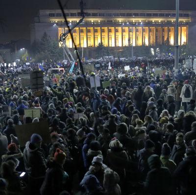 Minst 35 000 människor protesterade utanför regeringshögkvarteret i Bukarest