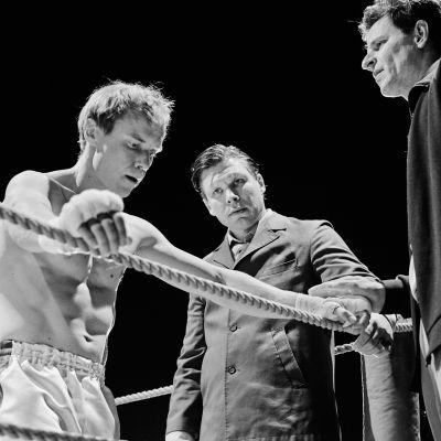 Olli (Jarkko Lahti) i boxningsringen med sin manager Elis Ask (Eero Milonoff) och en assistent.