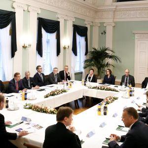 21 stadsdirektörer samlade kring bordet.
