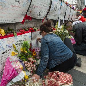 Tusentals människor har hämtat blommor, plakat och ljus för att hedra offren i Toronto-attacken.