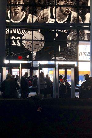 En grupp statsanställda köar in till matbanken i New York.