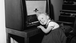 3-vuotias Liisa Jussila kuuntelee radiota (1957)